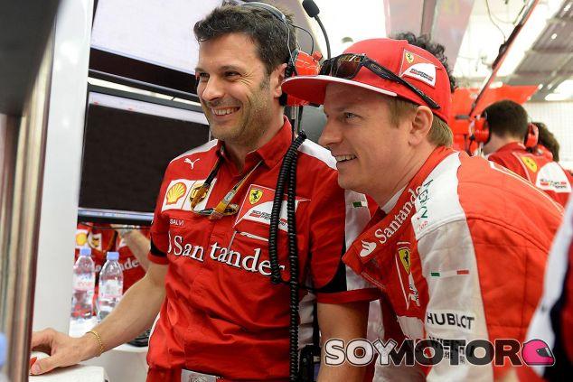 Kimi Räikkönen en Baréin con Salvi Giuliano, su ingeniero de rendimiento - LaF1