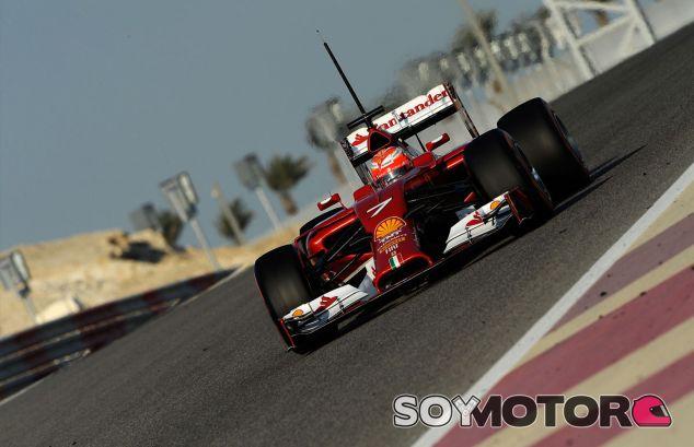 Kimi Räikkönen y su F14 T en el desierto de Baréin - LaF1