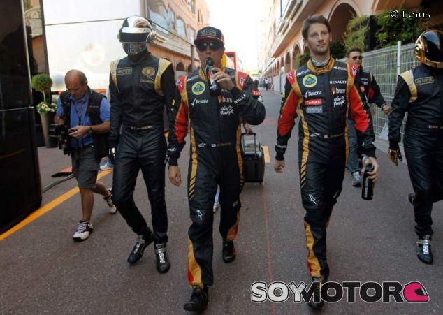 Grosjean camina junto Raikkonen cuando ambos estaban en Lotus - LaF1.es