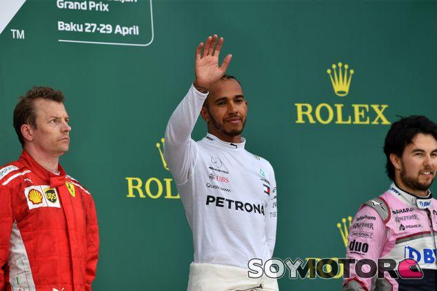 Kimi Räikkönen, Lewis Hamilton y Sergio Pérez en el podio de Bakú - SoyMotor.com
