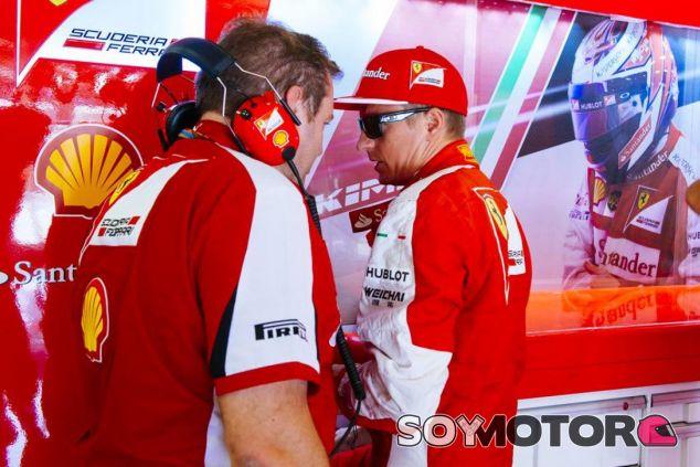 Kimi Räikkönen hablando con un ingeniero de Ferrari en Hungría - LaF1