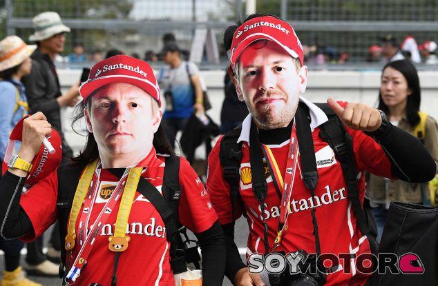Aficionados con caretas de Kimi Räikkönen y Sebastian Vettel en Suzuka - SoyMotor.com