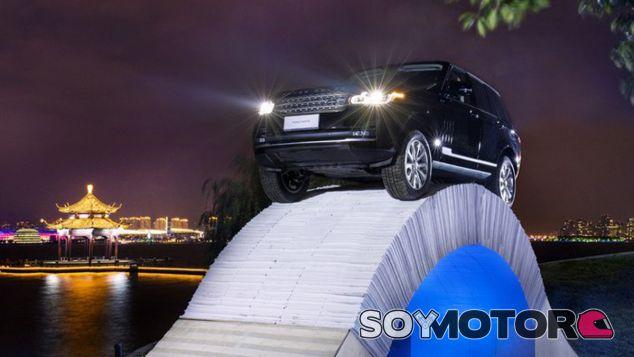 Más de 2.000 kilos de SUV sobre un puente de papel - SoyMotor