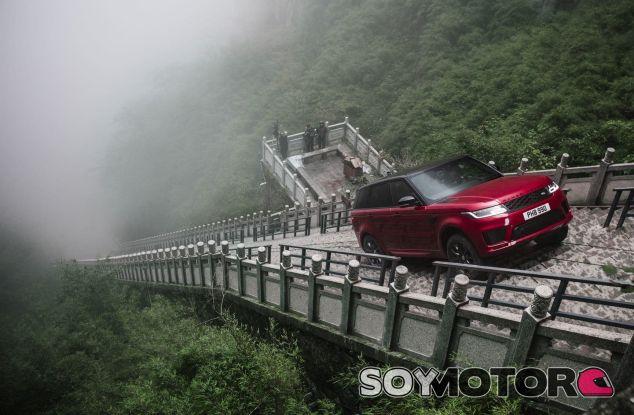Range Rover Sport PHEV escala hasta la Puerta del Cielo - SoyMotor.com