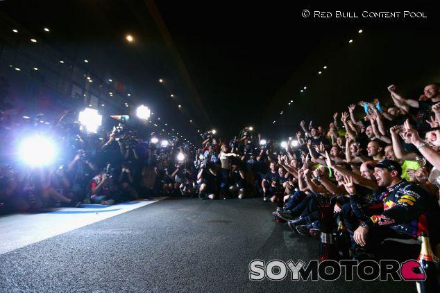 Sebastian Vettel festeja su Mundial con su equipo - LaF1