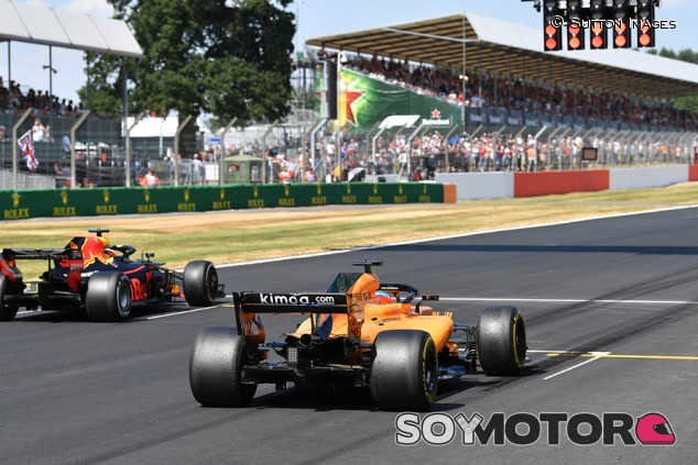 Daniel Ricciardo y Fernando Alonso en Silverstone - SoyMotor.com