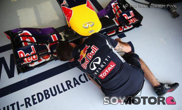Mécanico en el box de Red Bull