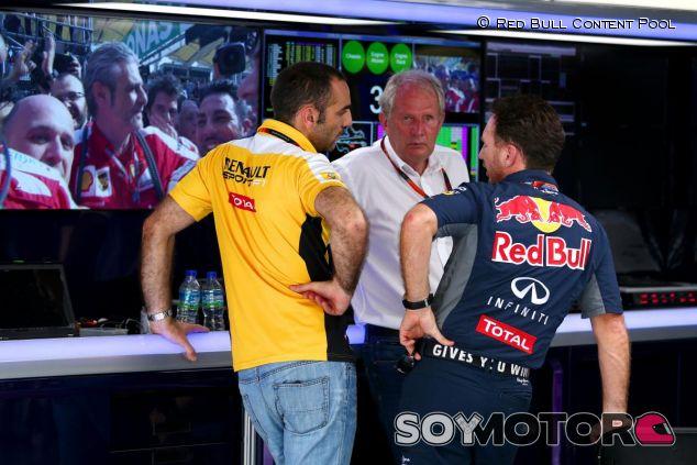 Cyril Abiteboul, Helmut Marko y Christian Horner conversan tras el Gran Premio de Malasia - LaF1