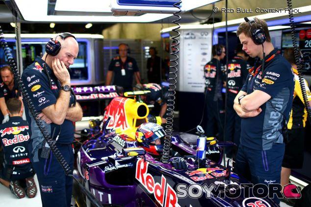 Adrian Newey observando el Red Bull RB11 de Daniil Kvyat - LaF1.es