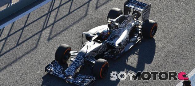 Daniel Ricciardo con su RB11, que esta pretemporada luce unos colores de camuflaje - LaF1
