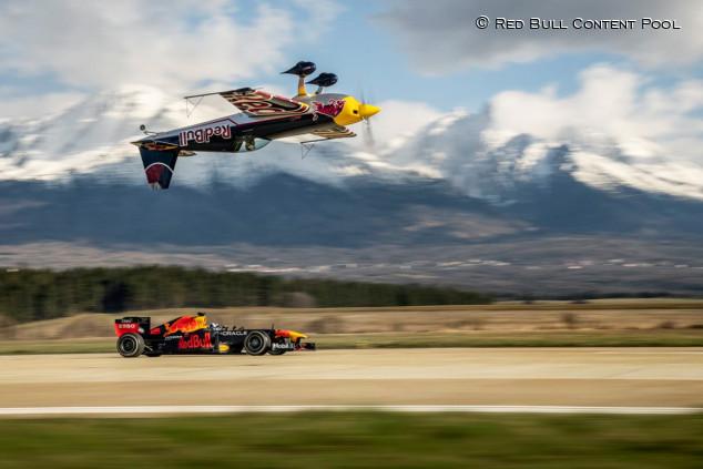 Red Bull RB7 contra un avión invertido: ¿quién llega antes al castillo? - SoyMotor.com