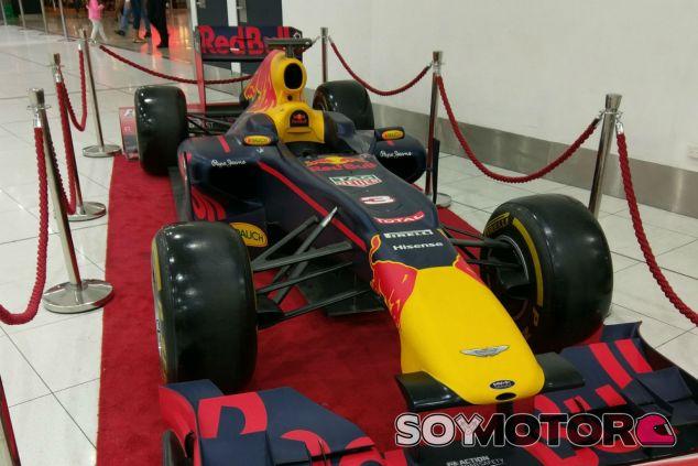 Una réplica del monoplaza de Ricciardo, en el aeropuerto de Melbourne - SoyMotor