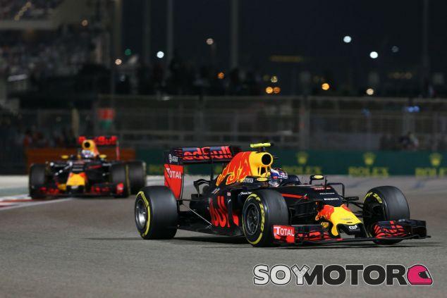 Ricciardo y Verstappen durante una carrera en 2016 - SoyMotor