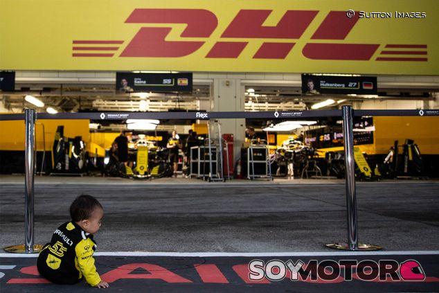 Aficionado japonés delante del garaje de Renault en Suzuka - SoyMotor.comj
