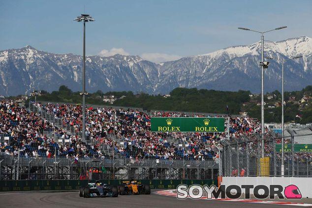 Lewis Hamilton, por delante de Nico Hülkenberg en Sochi - SoyMotor.com