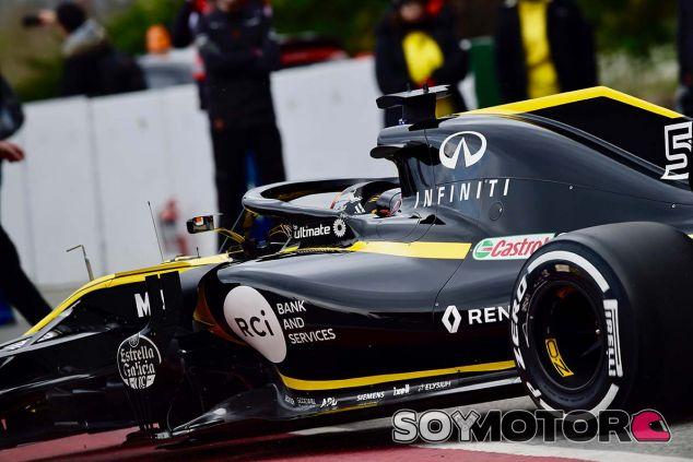 Carlos Sainz Jr. con el RS18 en Barcelona - SoyMotor.com