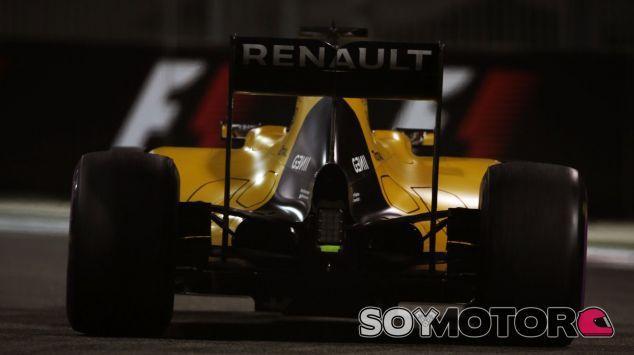 Uno de los Renault durante el último GP de 2016 en Abu Dabi - SoyMotor