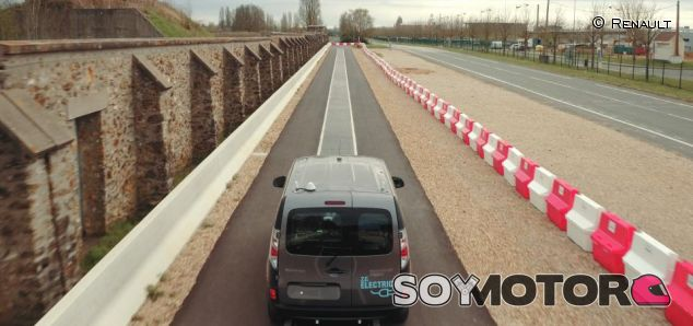 Renault ya prueba la carga de vehículos eléctricos en movimiento - SoyMotor.com