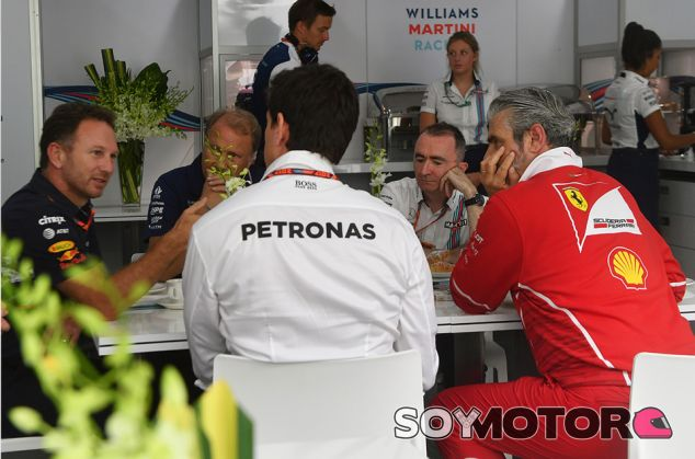 Christian Horner, Robert Fernley, Force India, Paddy Lowe, Toto Wolff y Maurizio Arrivabene en Sepang - SoyMotor.com