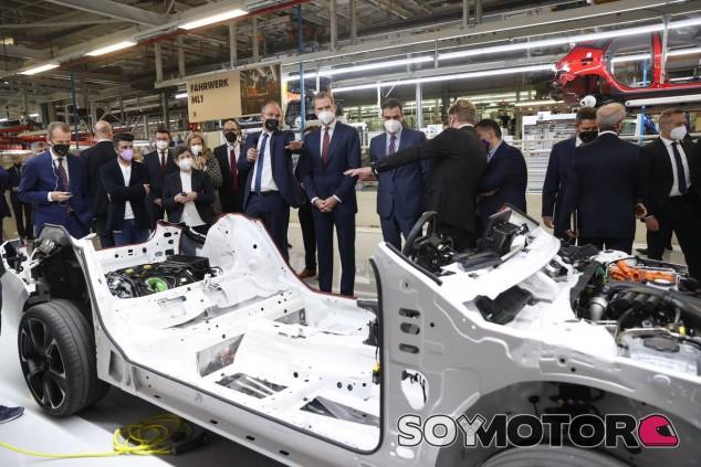 El Rey y Pedro Sánchez visitan la fábrica de Seat en Martorell - SoyMotor.com