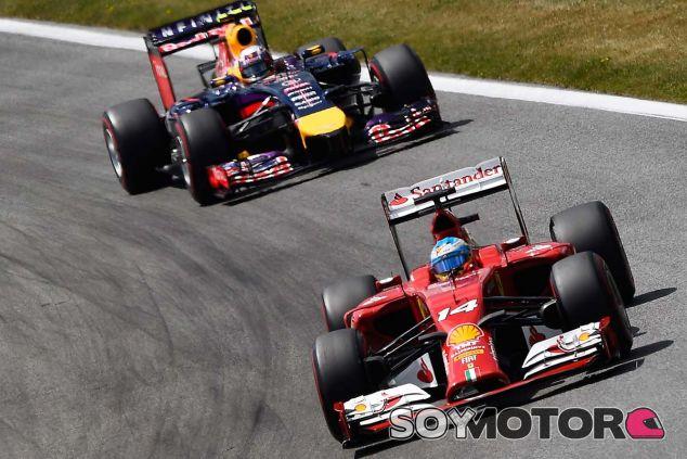 Fernando Alonso durante el Gran Premio de Austria, perseguido por Daniel Ricciardo - LaF1