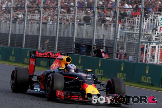 Daniel Ricciardo saludando a los aficionados en Albert Park - LaF1