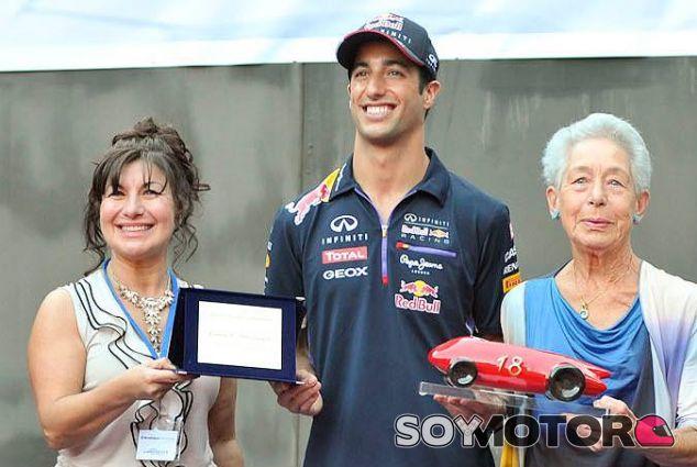 Daniel Ricciardo en el momento de recoger el Trofeo Bandini - LaF1