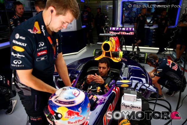 Daniel Ricciardo subido en el RB11 en el box de Red Bull - LaF1