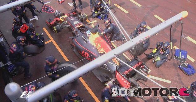 Daniel Ricciardo aguarda en boxes sin que los neumáticos estén preparados - LaF1