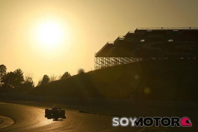 Daniel Ricciardo encara la curva tres de Montmeló - SoyMotor