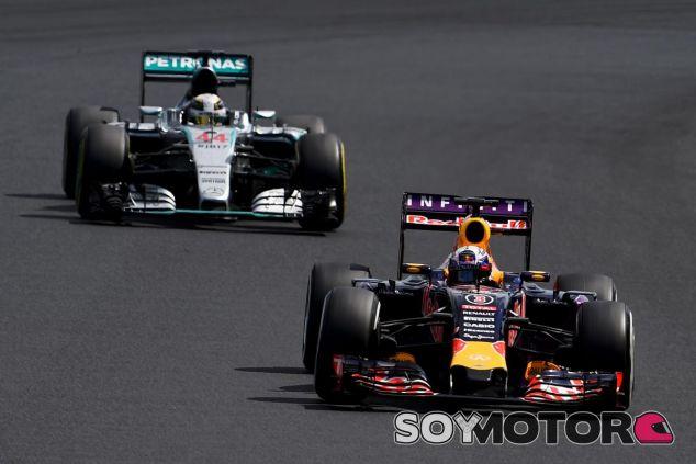 Daniel Ricciardo por delante de Lewis Hamilton - LaF1.es