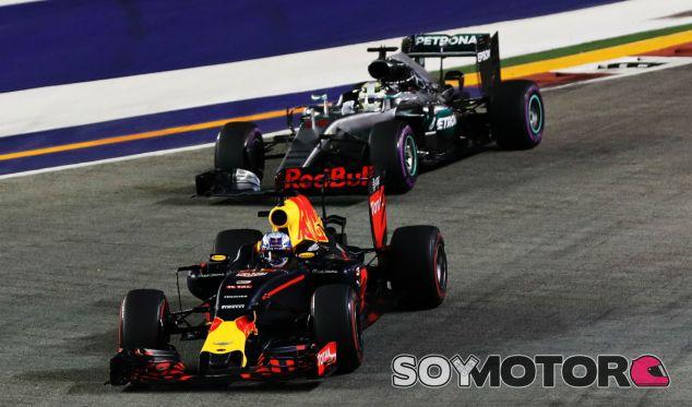 Ricciardo y Hamilton durante el GP de Singapur 2016 - SoyMotor