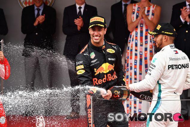 Daniel Ricciardo y Lewis Hamilton en el podio de Mónaco - SoyMotor.com