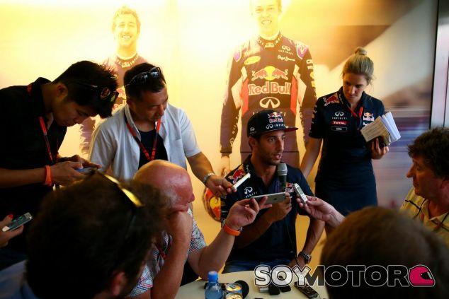 Daniel Ricciardo atendiendo a la prensa en Hungría - LaF1