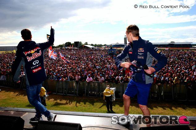 Ricciardo y Kvyat interactuando con la afición de Silverstone - LaF1