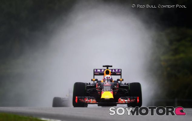 Daniel Ricciardo sobre el asfalto mojado de Sepang - LaF1.es
