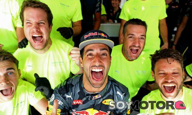 Daniel Ricciardo durante las celebraciones de su podio en Bélgica - LaF1