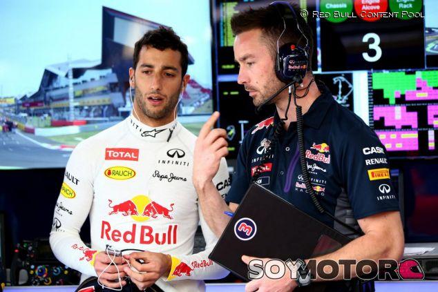 Daniel Ricciardo hablando con Simon Rennie, su ingeniero de carrera, en Silverstone - LaF1