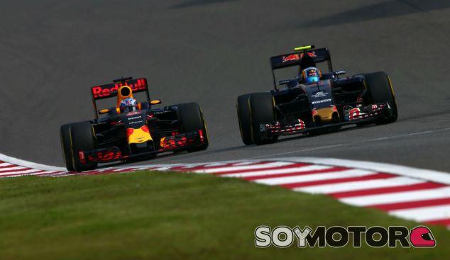 Ricciardo y Sainz durante una carrera esta temporada - SoyMotor