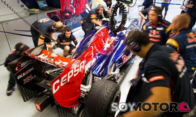 Daniel Ricciardo en el box de Toro Rosso - LaF1