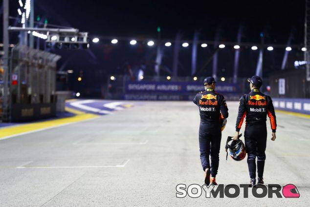 Verstappen y Ricciardo durante el GP de Singapur 2017 - SoyMotor.com