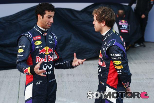 Daniel Ricciardo y Sebastian Vettel conversan antes de la presentación del RB10 - LaF1