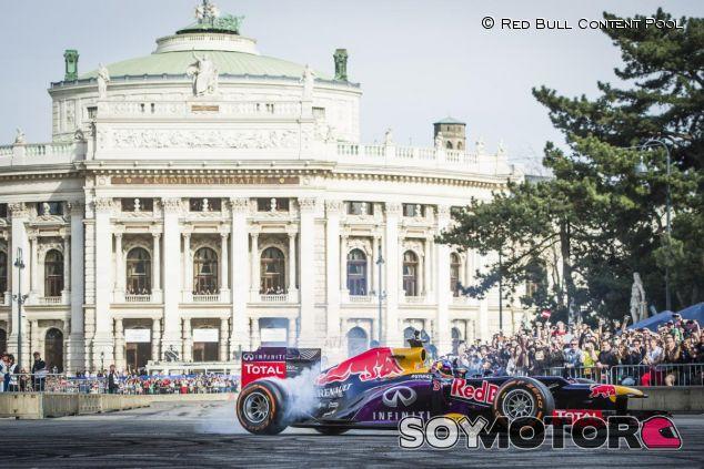 Daniel Ricciardo en la exhibición de Viena con el RB8 - LaF1