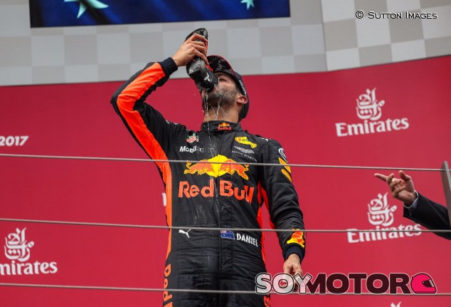 Daniel Ricciardo y su 'shoey' – SoyMotor.com
