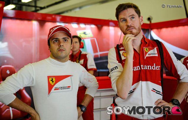 Rob Smedley junto a Felipe Massa en el box de Ferrari - LaF1