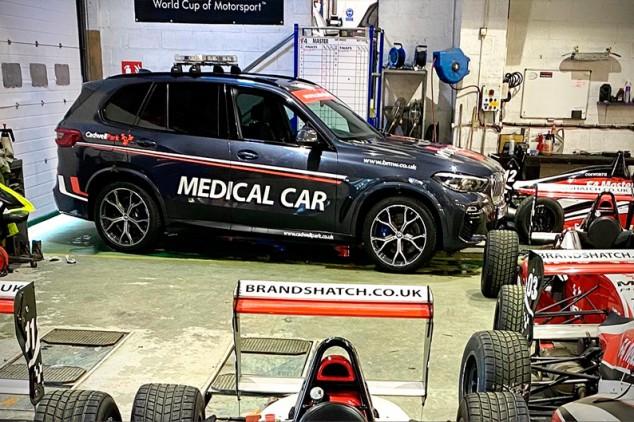 Roban el safety car y el coche médico de un circuito inglés  - SoyMotor.com