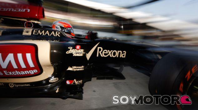Romain Grosjean sale de boxes con el Lotus E21 - LaF1
