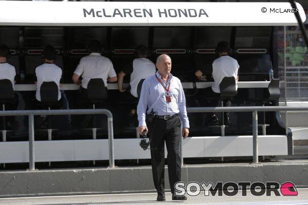 Ron Dennis, delante del muro de McLaren en Sepang - LaF1