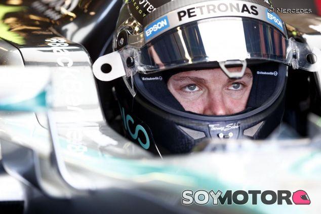 Nico Rosberg metido en el cockpit de su Mercedes - LaF1