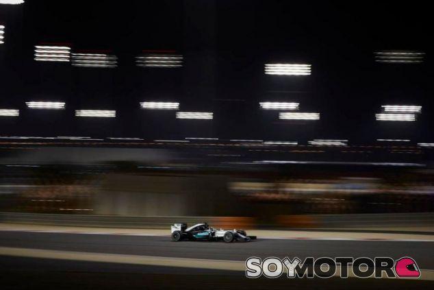 Nico Rosberg con el W06 en la noche de Sakhir - LaF1